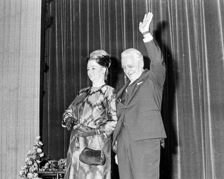 Piet Mijksenaar en zijn echtgenote in 1966 bij zijn grootse afscheid in de Rai. Beeld ANP