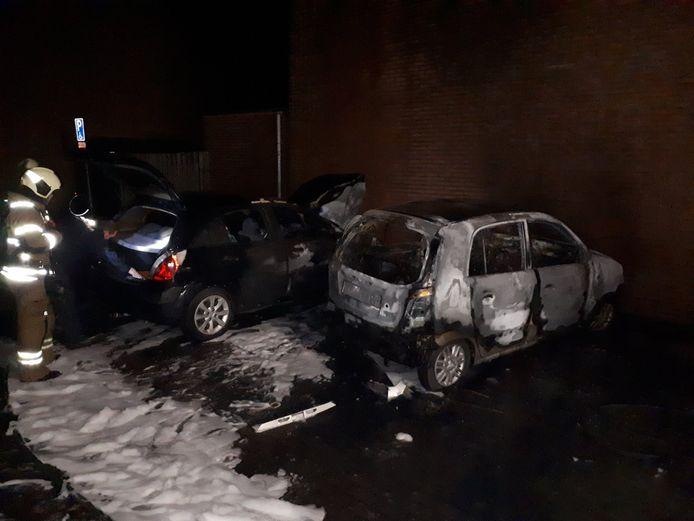 Twee auto zijn op vrijdagavond 22 november in vlammen opgegaan in Ameide.