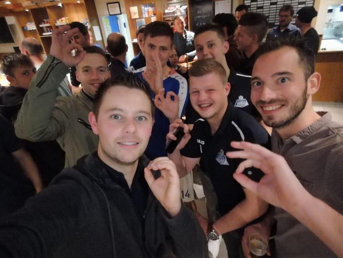 HMVV-speler Spooren achterin in het blauwe shirt