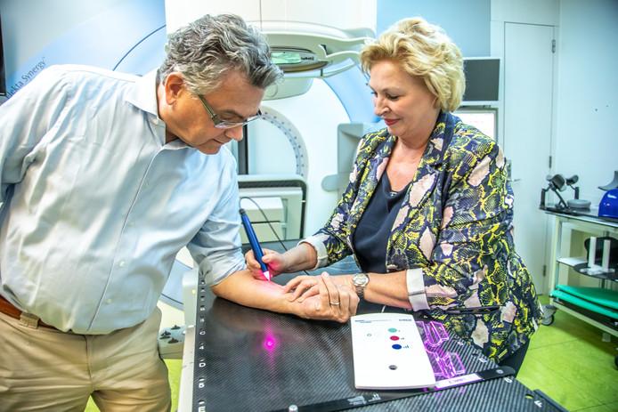 Annelies Maas demonstreert op het radiotherapiecentrum van Isala in Zwolle de werking van Comfort Marker 2.0, een speciaal 'tatoeageapparaat', op haar man en zakenpartner Roland Kortenhorst van Medical Precision. Met het apparaatje kun je in veel gevallen pijnloos zogenoemde referentiepunten zetten. Die punten zijn belangrijk bij bestraling van kankerpatiënten.