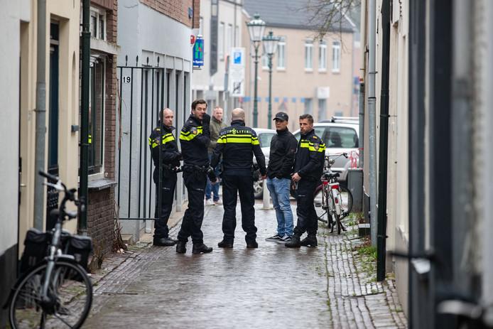 Op het Van Heutszplein in Kampen heeft vanmiddag rond 13.30 uur een steekpartij plaatsgevonden. Een persoon raakte gewond en is met de ambulance naar het ziekenhuis gebracht.
