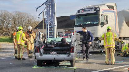 Zeventiger kritiek nadat hij met auto onder vrachtwagen terecht komt