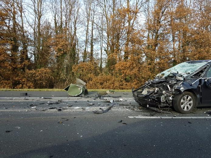 De schade aan de auto na de aanrijding.