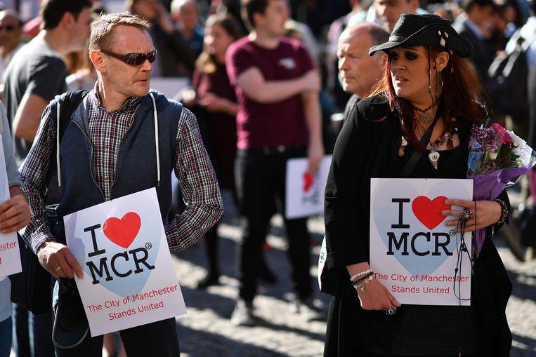 I love MCR-posters worden gedragen bij Albert Square. Beeld anp
