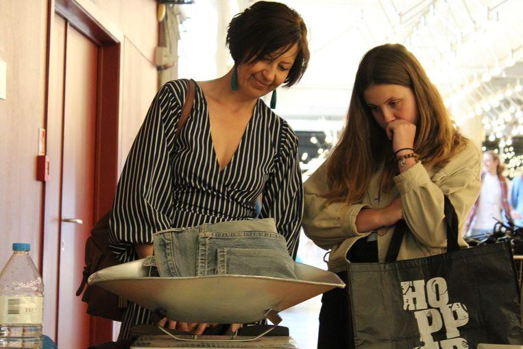 Betalen doen de klanten aan de weegschaal: 18 euro per kilo kleding.