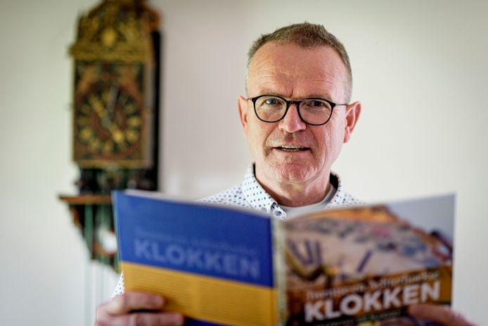 """Eric Veldboer schreef een boek over klokken uit Twente en de Achterhoek: """"Omdat klokken geen sexy onderwerp zijn, heb ik geprobeerd het een beetje smeuïg op te schrijven."""""""
