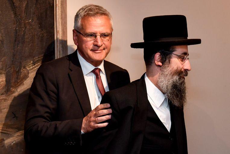 De joods-orthodoxe Rezi Friedman, pas afgestudeerd als pedagoge, zal Aron Berger (foto) vervangen op de Antwerpse CD&V-lijst. De joods-orthodoxe Berger kwam onder vuur omdat hij vrouwen geen hand wilde geven.
