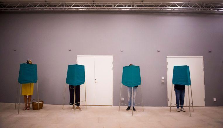 Zweden brengen hun stem uit in Stockholm. Beeld EPA