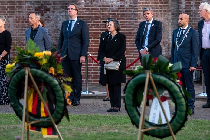 Herdenken in coronastijl. In het midden Gerdi Verbeet, voorzitter van  het Nationaal Comité 4 & 5 mei. Rechts burgemeester Ahmed Marcouch van Arnhem.