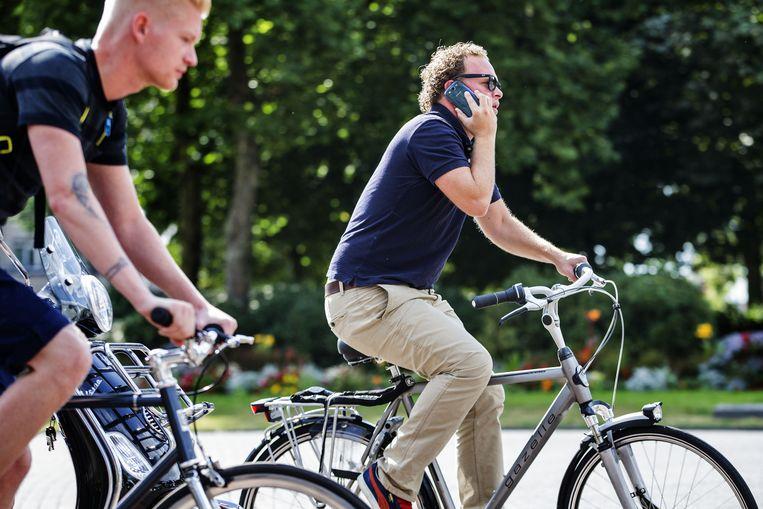 Bellen op de fiets leidt tot meer ongelukken, blijkt uit onderzoek. Beeld Anp