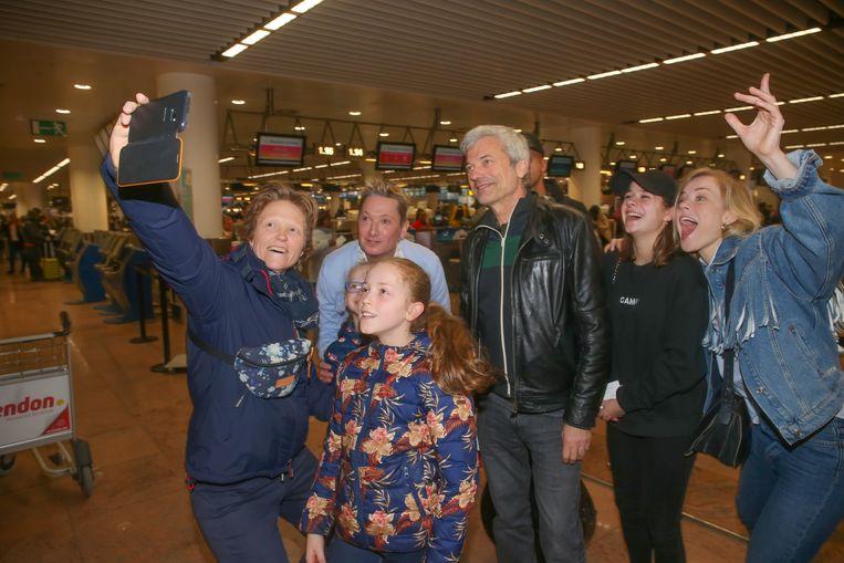 Bart Kaëll, Jan Leyers, Laura Tesoro en Ilse De Lange gaan op de foto met enkele fans.