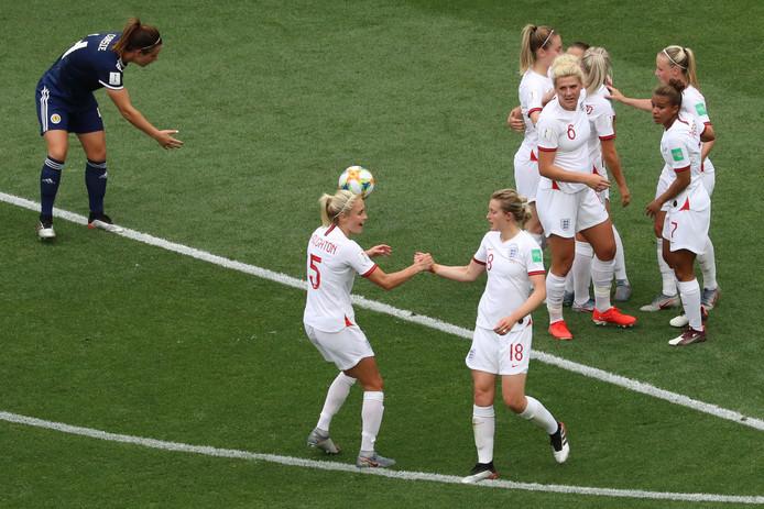 Ellen White (rechts) wordt na de 2-0 gefeliciteerd door Stephanie Houghton.
