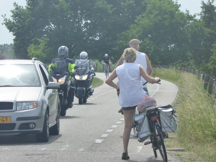 Drukte op de Lekdijk West bij Lopik. Deze motorrijders negeren het verbodsbord op de Lekdijk West.