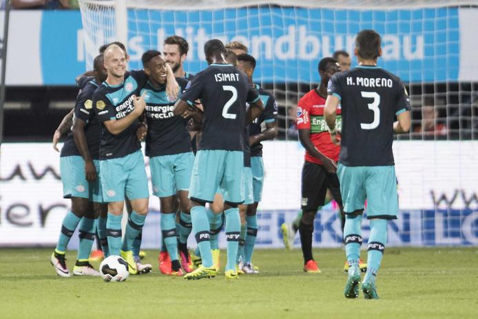 Spelers van PSV vieren de 0-3