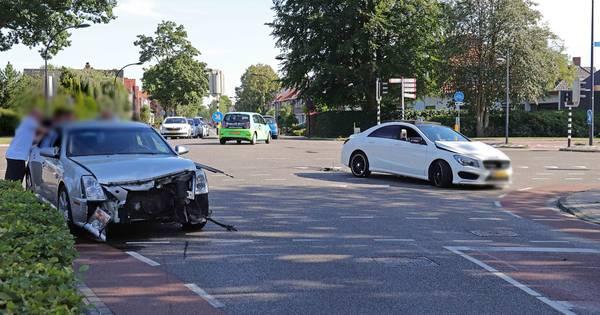 Geen gewonden bij botsing op kruispunt in Waalwijk.