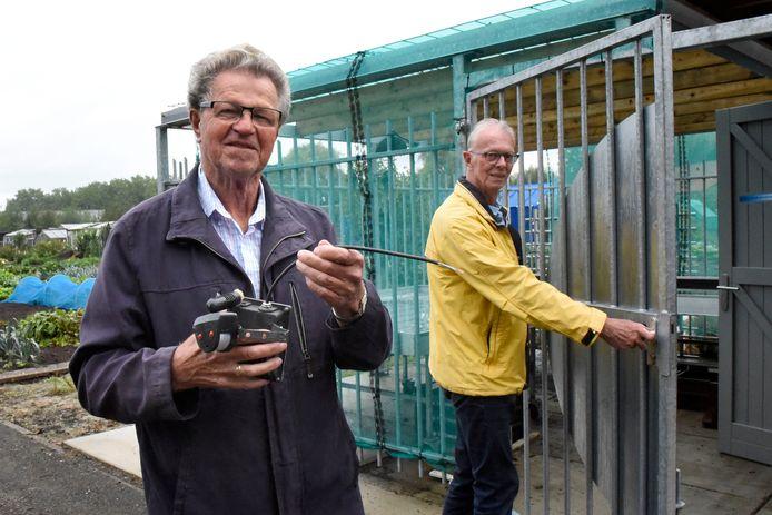 Leden van de volkstuinvereniging in Oudewater, met op de achtergrond een schuur waaruit gereedschap is gestolen.