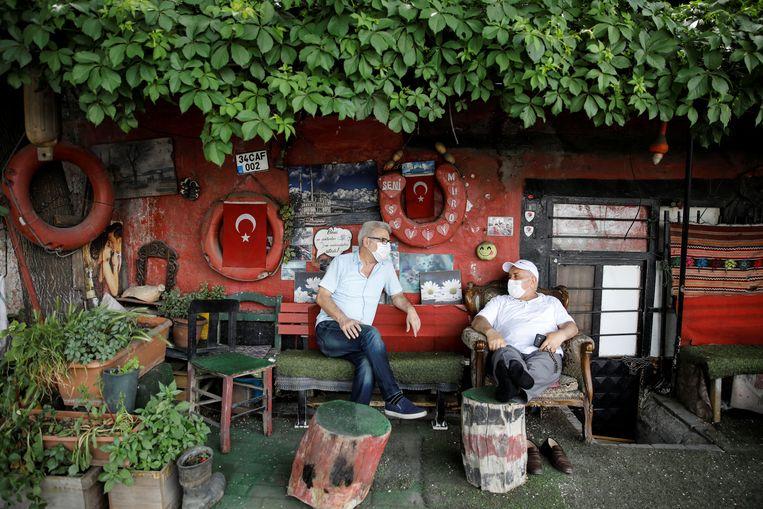 Turkse mannen in het park, toen op 17 mei het uitgaansverbod voor senioren zes uur lang was opgeheven. Beeld Reuters