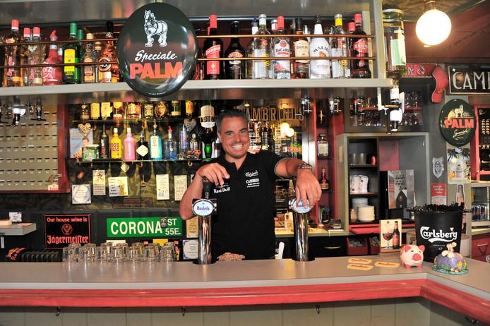 Kastelein Dennis Pront van de Cambrinus Bar.