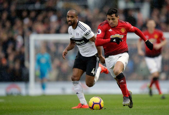 Alexis Sanchez (r) in actie tegen Fulham.