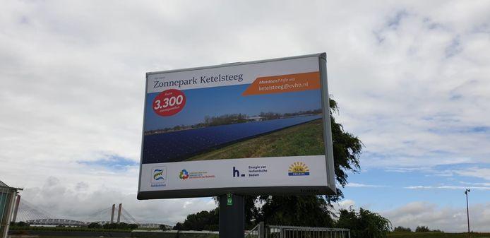 Het bouwbord van zonnepark Ketelsteeg in Zaltbommel