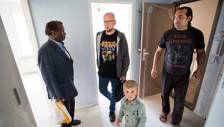 Bezichtiging van een sociale huurwoning op de Olmenweg in Amsterdam. Beeld Arie Kievit
