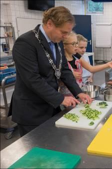Wie helpt deze burgemeester met koken voor eenzame mensen in coronatijd? 'Ik kreeg filmpjes van ouderen, helemaal in tranen'