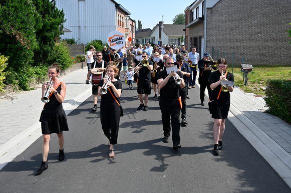 Het Fanfareorkest opende de vernieuwde Bellestraat met de nodige toeters en bellen.