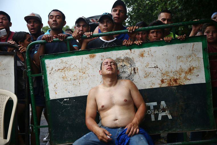Een gewonde betoger in Cúcuta rust uit na een confrontatie met de Venezolaanse ordetroepen. Beeld REUTERS