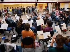 145-jarige Harmonie Musis Sacrum pakt uit en laat 'Tante Drieka' Bakel spiegel voorhouden