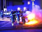 Auto vliegt spontaan in brand in Oss
