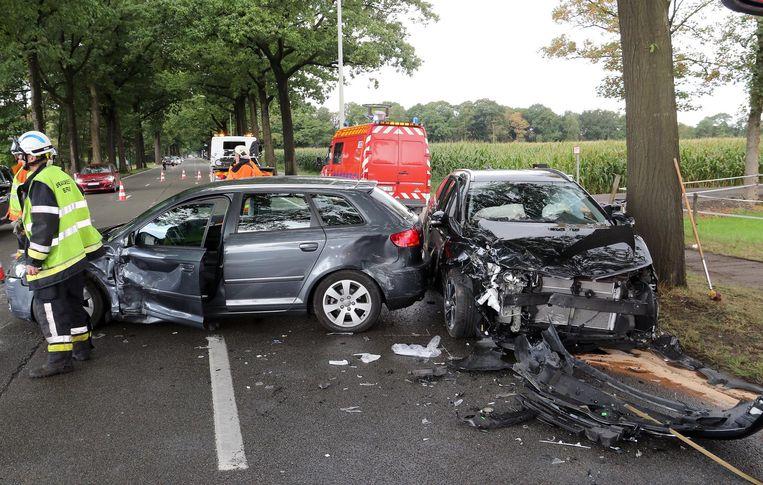 De schade aan beide wagens is enorm.