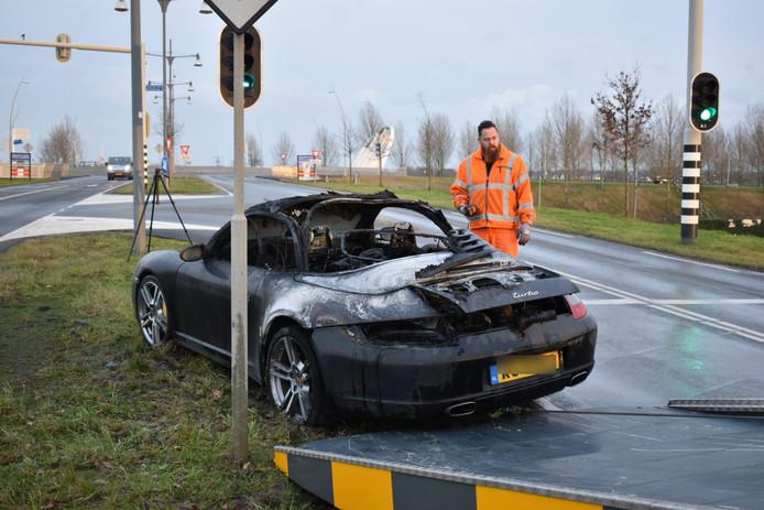 De uitgebrande Porsche gaat op transport.