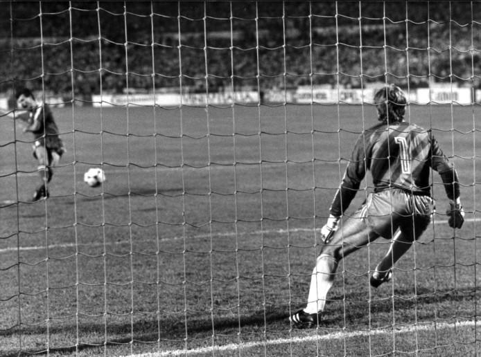 Finale Europacup 1 PSV-Benfica 0-0, PSV wint na strafschoppen met 6-5. De beslissende strafschop genomen door Veloso (Benfica) en gestopt door Hans van Breukelen. Neckarstadion, Stuttgart, 25 mei 1988.