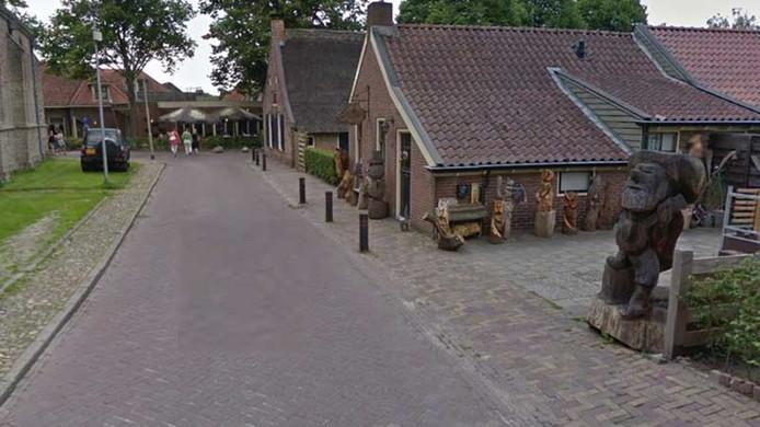 Een kleutertje kreeg vanochtend een kunstwerk op zich in het Drentse dorp Diever.