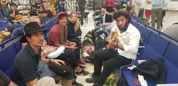 Een lokaal muziekbandje zorgt voor de nodige sfeer tussen de gestrande reizigers.