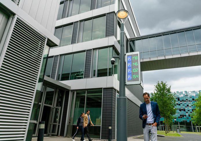 De hichtech lantaarnpaal van Signify op de High Tech Campus in Eindhoven waar ook het hoofdkantoor zetelt.
