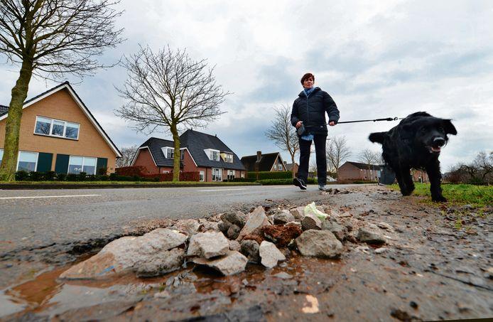 De dorpen van West Betuwe kampen al langer met slechte wegen, zoals blijkt uit deze archieffoto die werd gemaakt in Waardenburg.