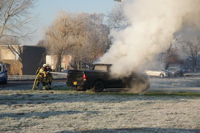 Een auto vloog vanochtend spontaan in brand aan de Vaartweg in Hasselt.