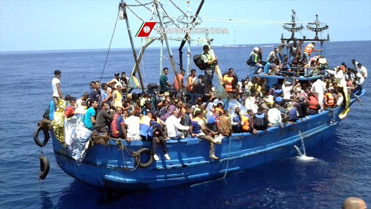Vluchtelingen op een boot voor de kust van Libië. Beeld afp