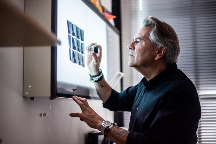 Rens Plaschek aan het werk in zijn Studio.