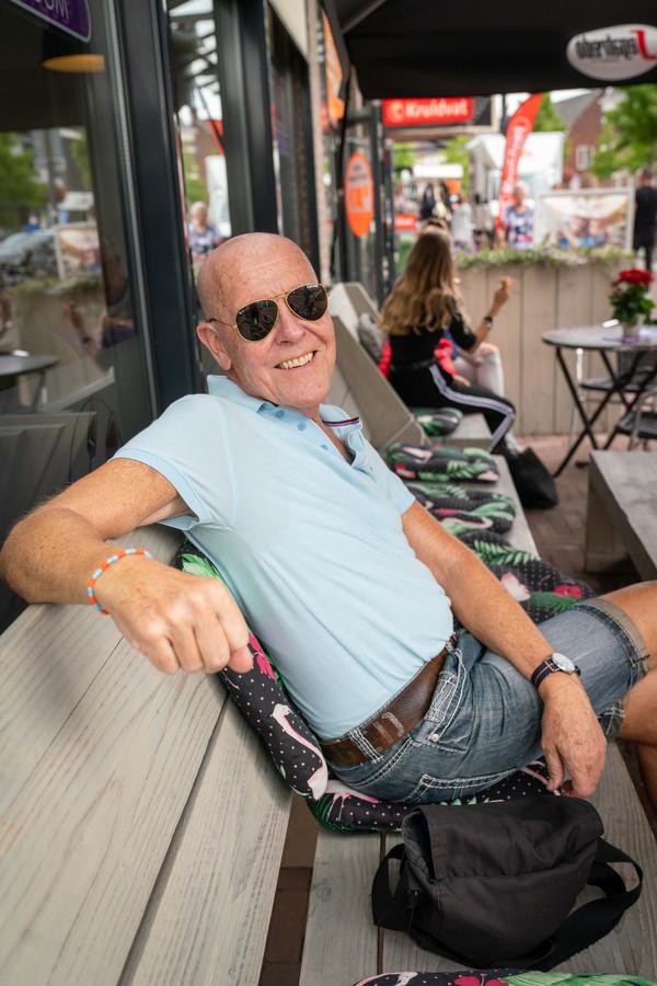 Willem Aalders op een bankje in Elst.