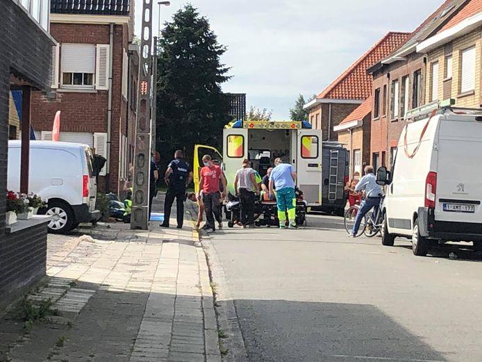 De hulpdiensten bij het arbeidsongeval in de Hoogweg in Eernegem.