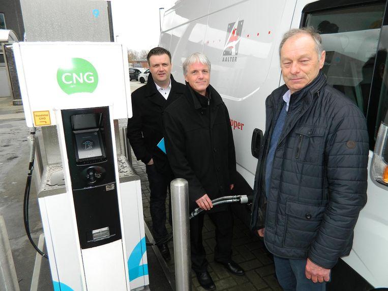 De eerste CNG-bestelwagen van de gemeente wordt volgetankt.