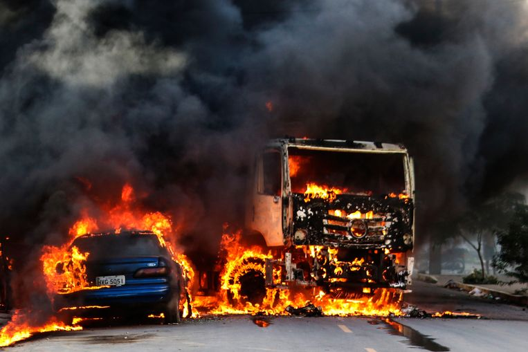 Ook in Fortaleza worden voertuigen in brand gestoken.