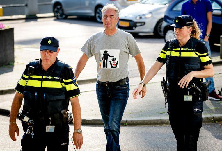 Edwin Wagensveld wordt aangehouden bij de rechtbank in Amsterdam. De Nederlandse Pegida-voorman moest voor de kantonrechter verschijnen omdat hij tijdens een demonstratie een spandoek toonde met een hakenkruis erop. Beeld anp