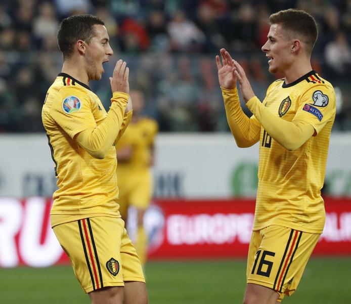 De broers Eden en Thorgan Hazard juichen.