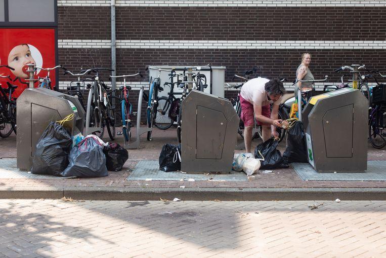Sinds juli controleren 14 handhavers de beruchte afvallocaties in de stad. Tot nu toe zijn 2411 huishoudens betrapt. Beeld Maarten Brante