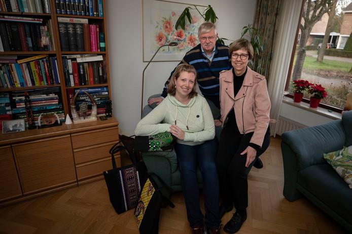 Laura Beljaars en haar ouders Jacques en Wies die haar helpen.