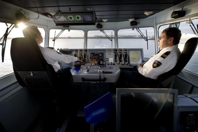 Het interieur van een politieboot.