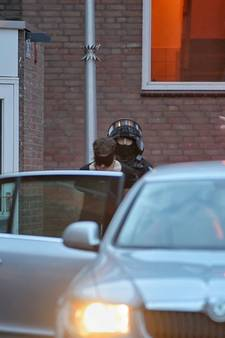 Inval bij Tilburgse woning: twee mensen geblinddoekt meegenomen door politie